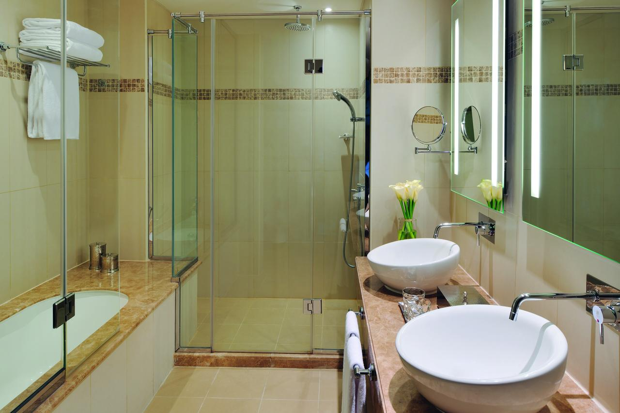 Hotel Room AVANI Junior Suite Bathroom