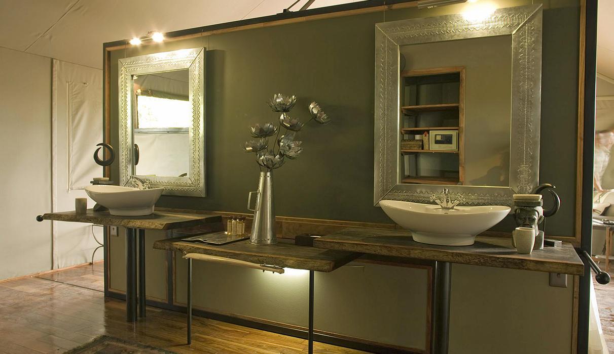 En-suite bathroom with double vanity amenities