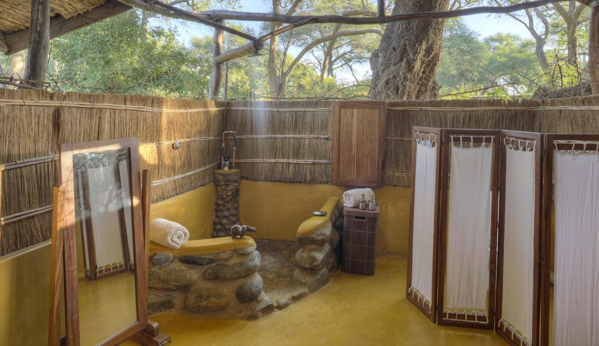Time + Tide Chongwe River Camp - Open air bathrooms