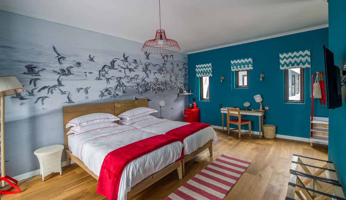 The modern, spacious rooms reflect the colours of the ocean and the lighthouse. They each have twin beds and are equipped with en suite bathrooms, air-conditioning, tea/coffee facilities, fridge, hairdryer and a safe.