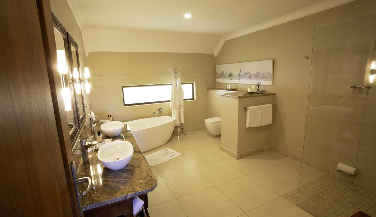 Strathearn Suite, bathroom with free standing bath