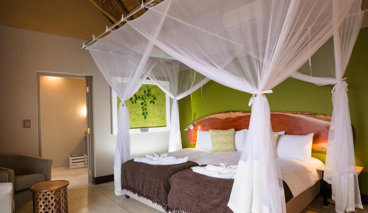 Spacious, modern and refreshing luxury en-suite rooms at Safarihoek Lodge