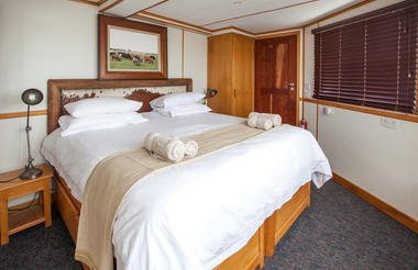 Pangolin Voyager Houseboat double bed