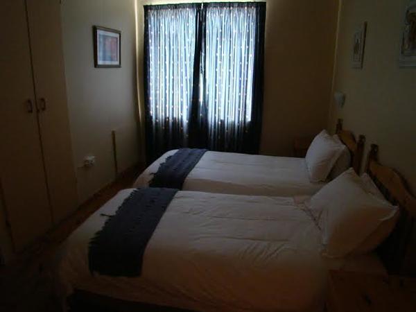 Bedroom (en-suite) with 2 x single beds