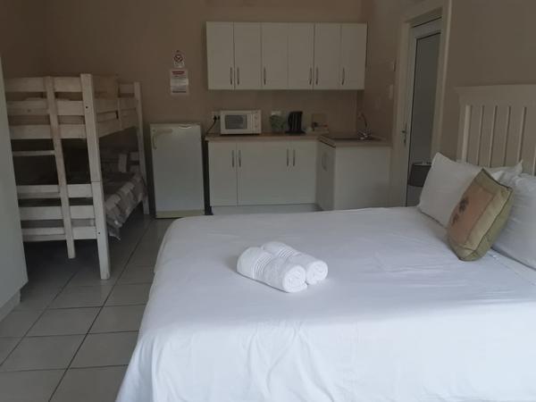 Room 8 - Standard - Queen & Bunk Beds