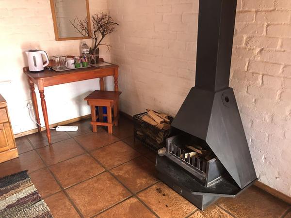 R02_1 Dbl, 2 Sgl Beds, Bath, Fireplace