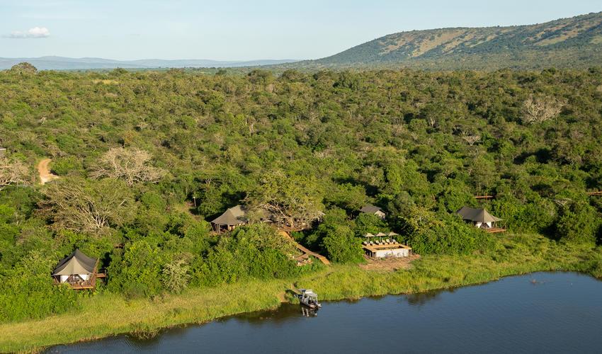 Lake Rwanyakazinga is situated in an area of extraordinary natural beauty