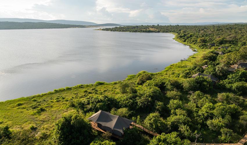 Each of the six spacious guest tents overlooks Lake Rwanyakazinga