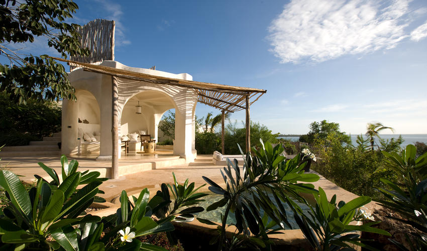 A day pavilion with plunge pool and sun lounger for relaxing