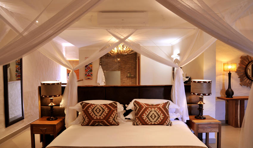 The 16 club rooms are decorated with stylish African prints and colours, with sliding glass doors and gauze screens to a private balcony. They each have two three quarter beds, which may be converted to a king-size