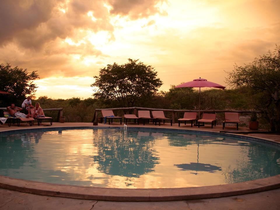 und ein einladendes Schwimmbad mit Sonnenliegen.