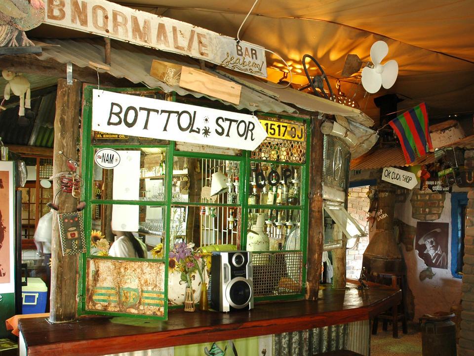 und an der Oshebeena-Bar im Township-Stil...