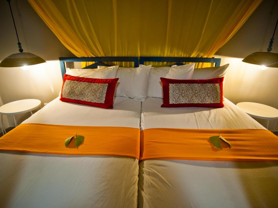 Jedes Zimmer ist mit eigenem Bad und Klimaanlage ausgestattet.