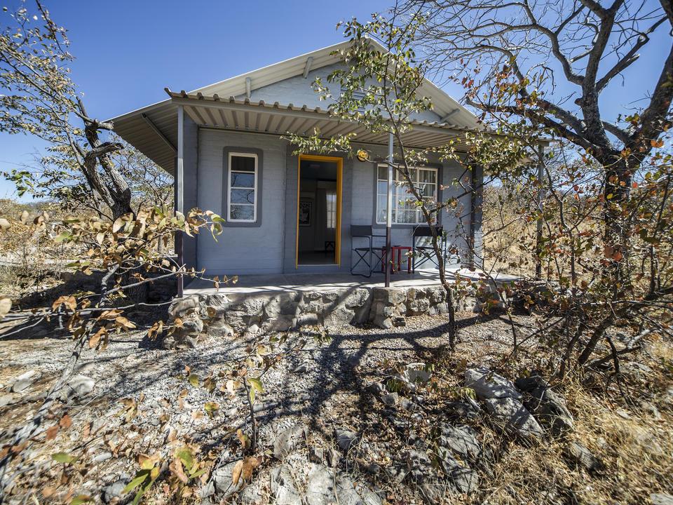 Das Etosha Camp ist ein Hauch von Luxus mit einem gehörigen Schuss afrikanischer Lebensfreude. Unter den Schatten spendenden Mopane-Bäumen befinden sich 50 landestypisch gestaltete Chalets...