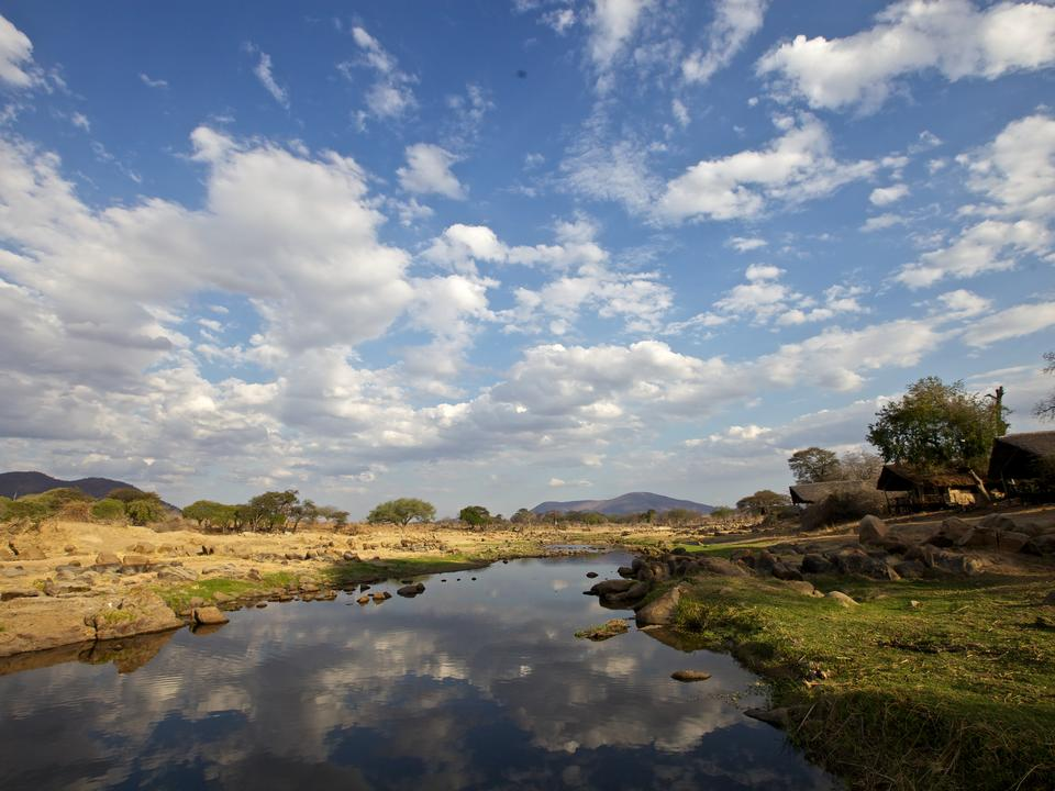 Jede Ruaha River Lodge Banda hat einen ungestörten Blick auf den atemberaubenden Great Ruaha River