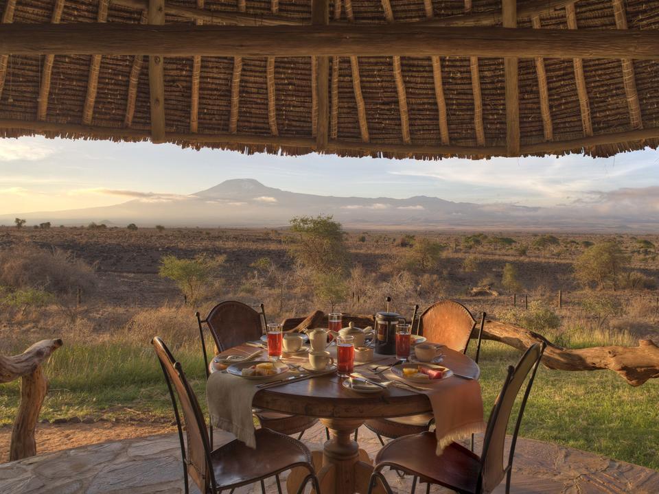 Frühstück auf der Veranda des Familienzelt mit Kilimandscharo
