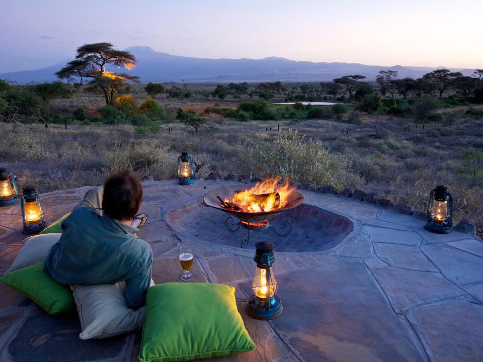 Lagerfeuer mit Blick auf den Kilimandscharo