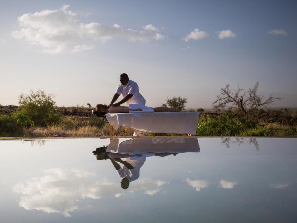 Entspannen Sie sich und genießen Sie eine Massage am Pool