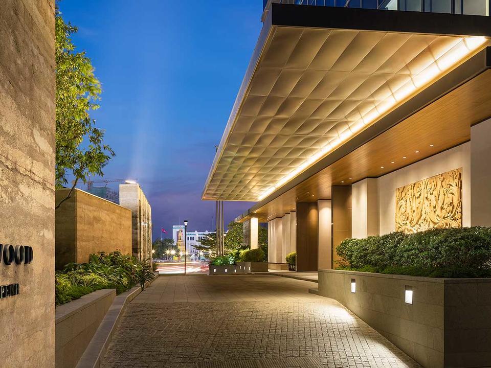 Das Hotel verfügt über 175 Zimmer und Suiten, fünf Restaurants und Lounges, darunter SORA, eine Sky-Bar auf einer freitragenden Terrasse. Das Sense, A Rosewood Spa verfügt über sechs Behandlungsräume, ein 24-Stunden-Fitnesscenter und einen Innenpool.