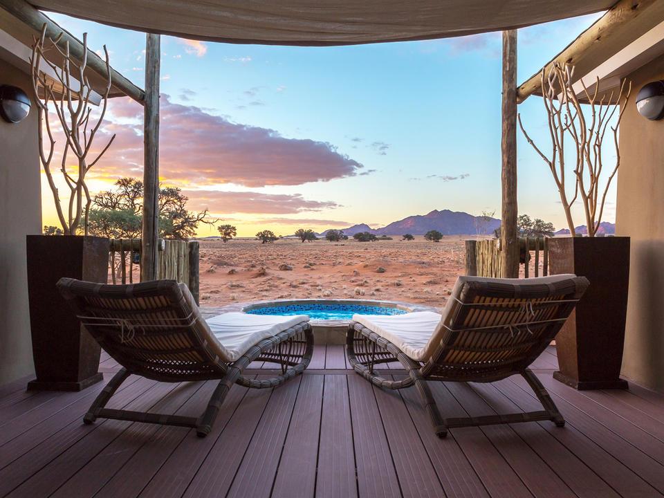 Die Junior Suite Splash Pool und eine fantastische Aussicht auf die umliegenden Wüstenebenen