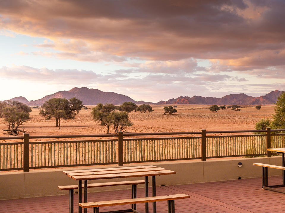 Sundowner-Deck mit inspirierendem Blick auf die Elim-Düne und die Grate des Naukluft-Gebirges