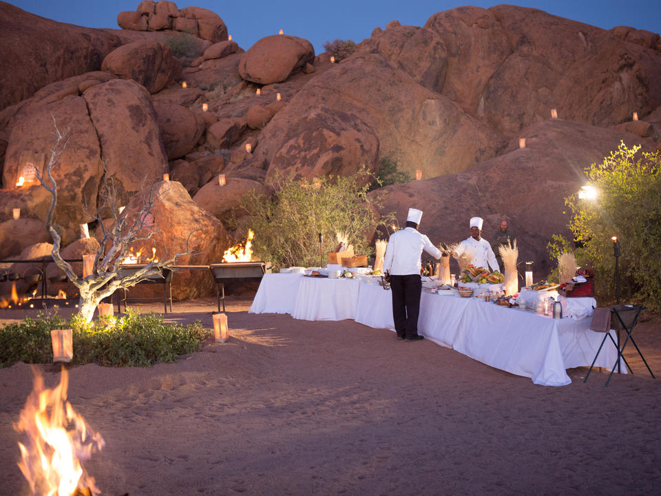 Veranstalten Sie eine spezielle Veranstaltung oder ein Busch-Dinner im Herzen der Namib-Wüste! Inmitten der weitläufigen Wüstenebenen ist dies der ehrfurchtbarste Ort, den die Natur zu bieten hat.