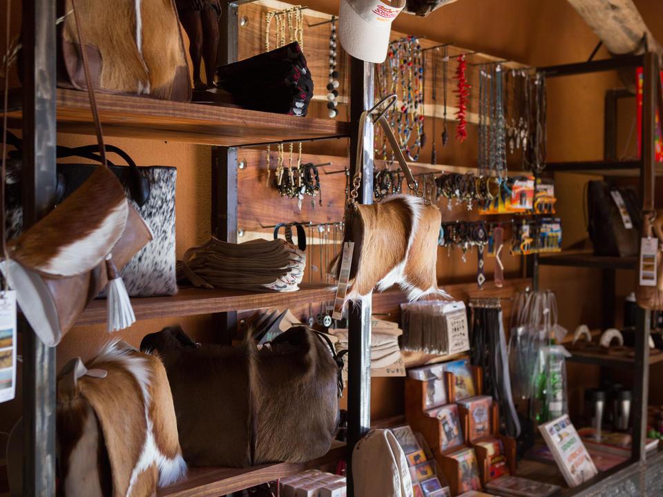 Laden Sie sich mit Erinnerungsstücken ein, die Sie im Curio-Shop nach Hause nehmen können.