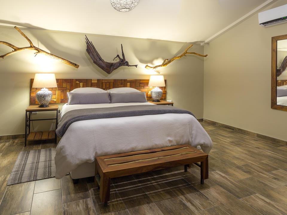 Junior Suite geräumiges, klimatisiertes Schlafzimmer mit einem luxuriösen Queensize-Bett