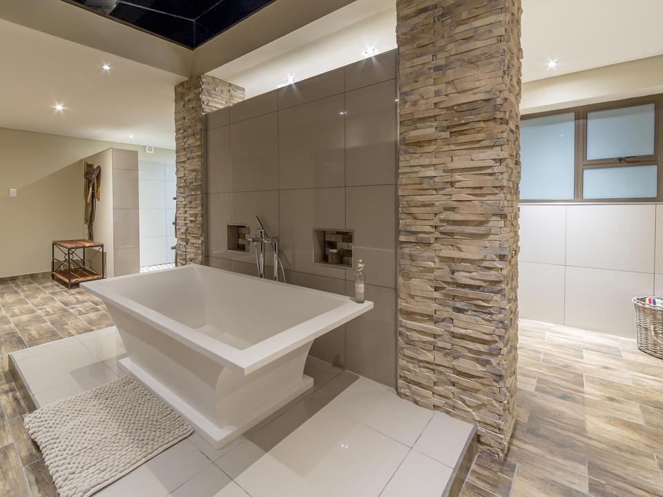 Junior Suite Badezimmer freistehend mit Badewanne unter einem Dachfenster, um den Sternenhimmel zu bewundern, während Sie ein entspannendes Bad nehmen.