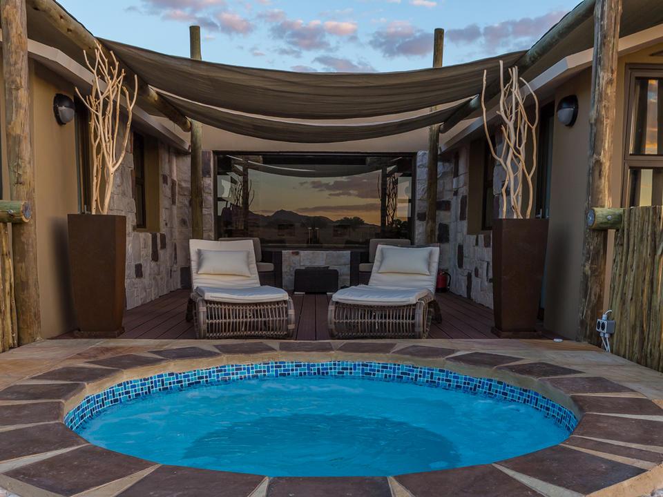 Private Terrasse der Junior Suite mit einem kleinen Planschbecken und bequemen Sitzgelegenheiten, um den unübertroffenen Blick über die Wüstenlandschaft voll zu genießen.