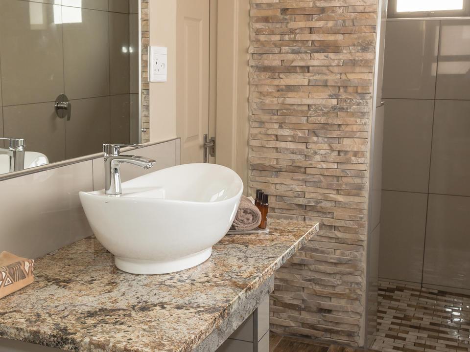 Standard Familieneinheit En-suite Badezimmer mit ebenerdiger Dusche