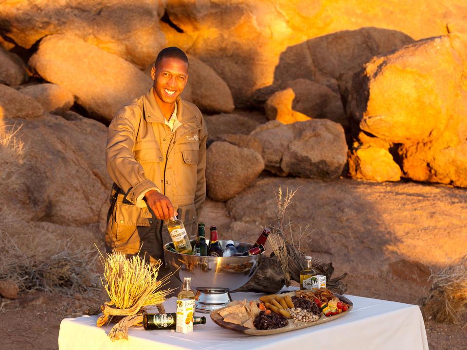 Fahren Sie am späten Nachmittag von der Sossusvlei Lodge auf einer gemütlichen Fahrt mit dem privaten Reservat der Lodge ab. Entspannen Sie sich bei einem Sundowner-Drink und erleben Sie die spektakulärsten Sonnenuntergänge in Namib!