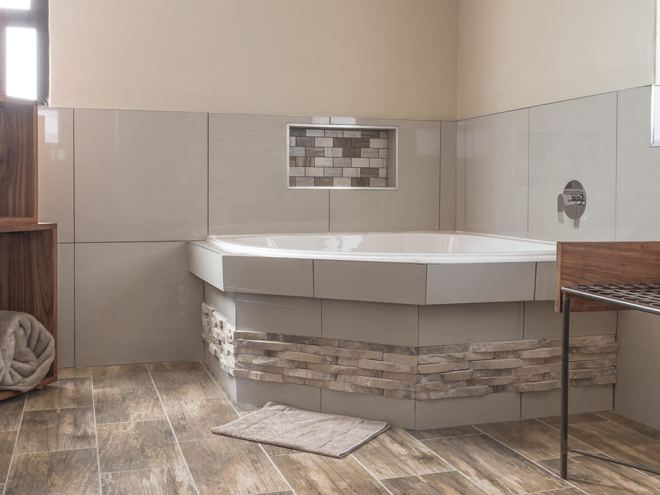 Superior Unit En-suite Badezimmer mit Eckbadewanne, ebenerdiger Dusche und Doppelwaschbecken
