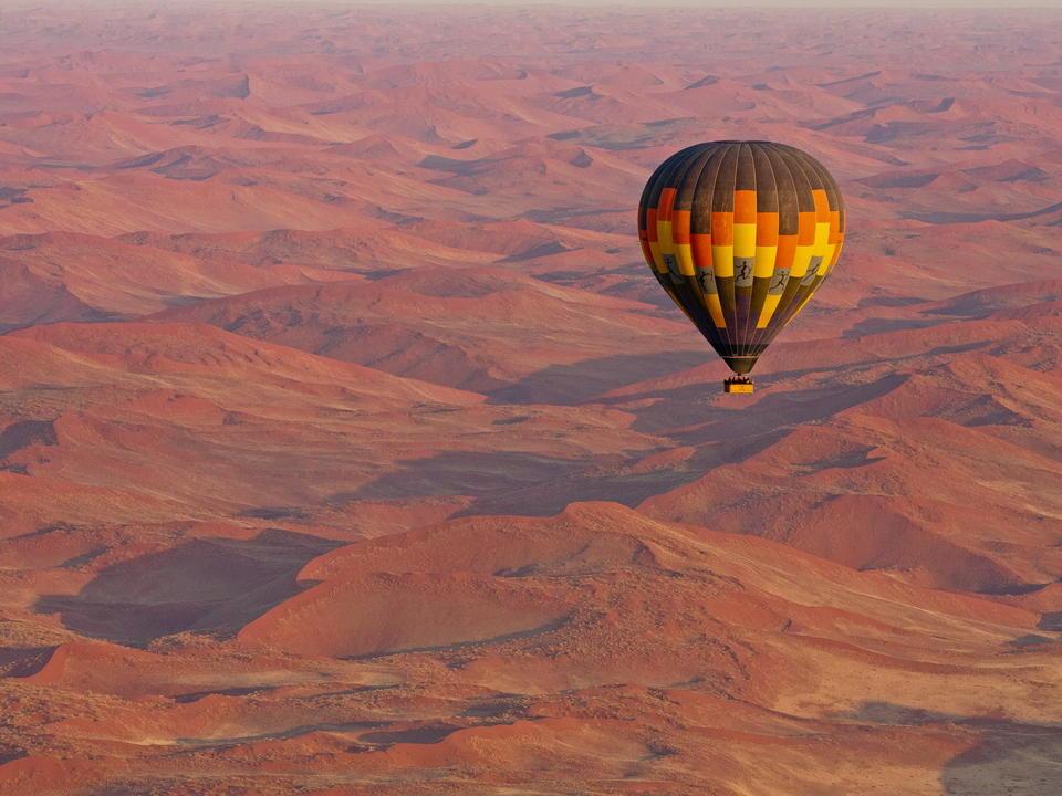 Ein Geist expandierender Heißluftballonflug in Sossusvlei