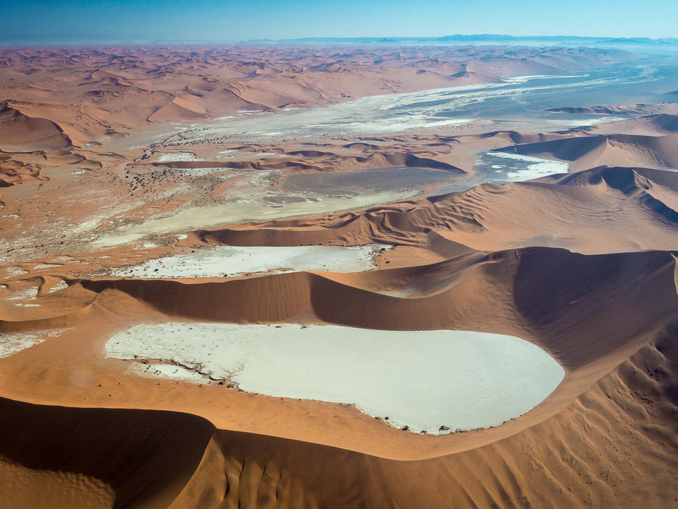 Die Tonpfannen bei Sossusvlei wurden durch die Überschwemmungen des Tsauchab gebildet, sind aber seit fast einem Jahrtausend trocken.