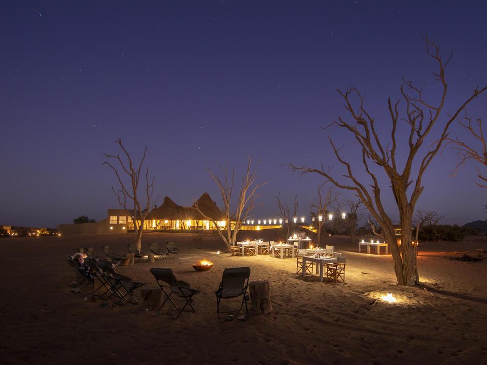 Nichts ist besser als in unserem Wüstenfernsehen zu sitzen — unsere gemütliche Feuerstelle vor dem Hauptbereich