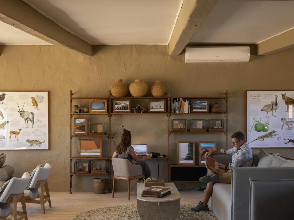 Die Lounge im Obergeschoss umfasst eine Bibliothek, den Olympus Photo Hub und eine einladende Ecke zum Entspannen