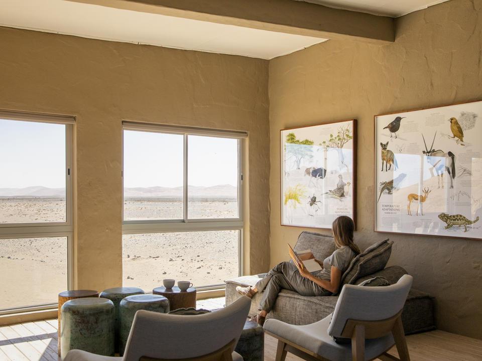 Die Lounge im Obergeschoss verfügt über einen informativen Bibliotheksbereich, in dem Sie mehr über die faszinierende Namib-Wüste erfahren können