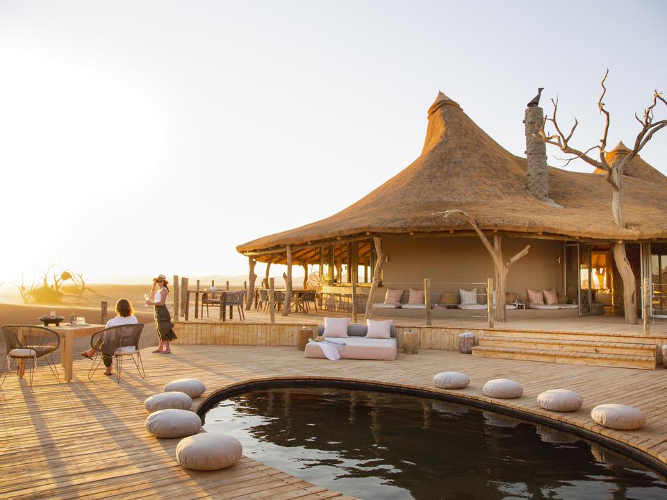 Das Pooldeck bietet einen eleganten und ruhigen Zufluchtsort vor der Wüstenhitze