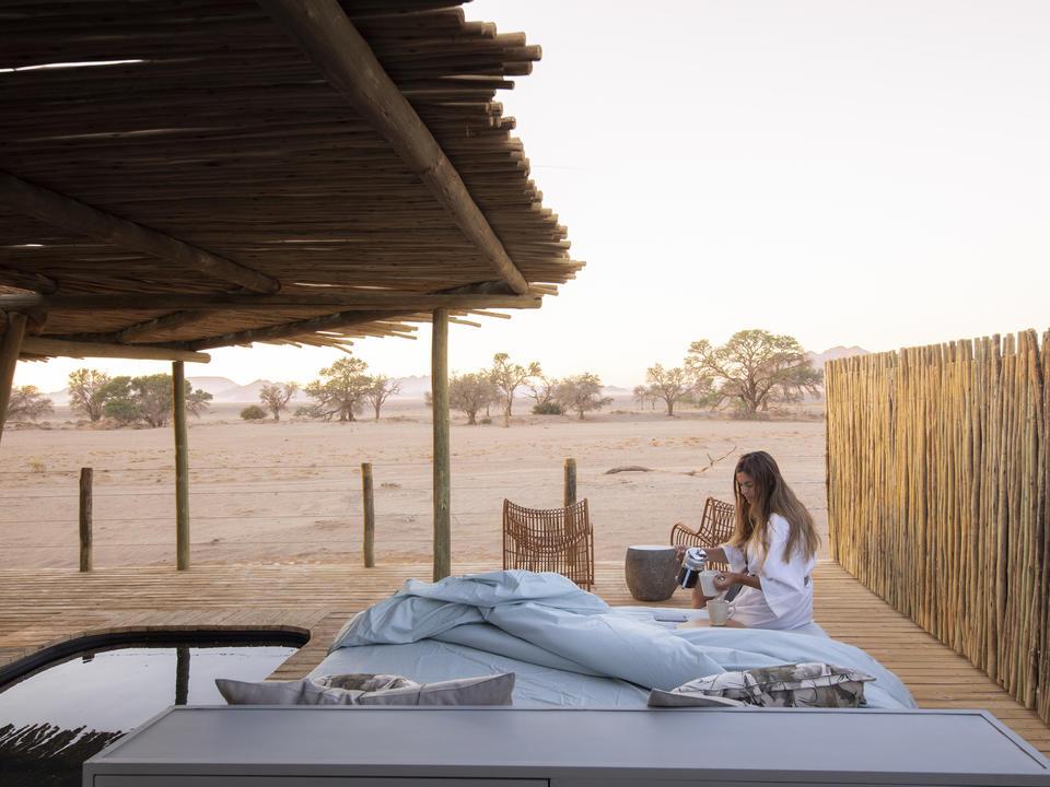 Ein Schlaf bietet einen ununterbrochenen Blick auf den Morgen über die erwachende Wüste