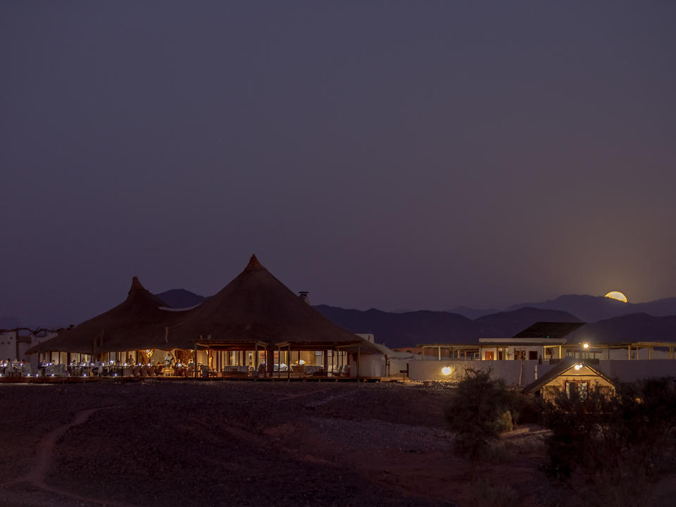 Mond steigt über Lager