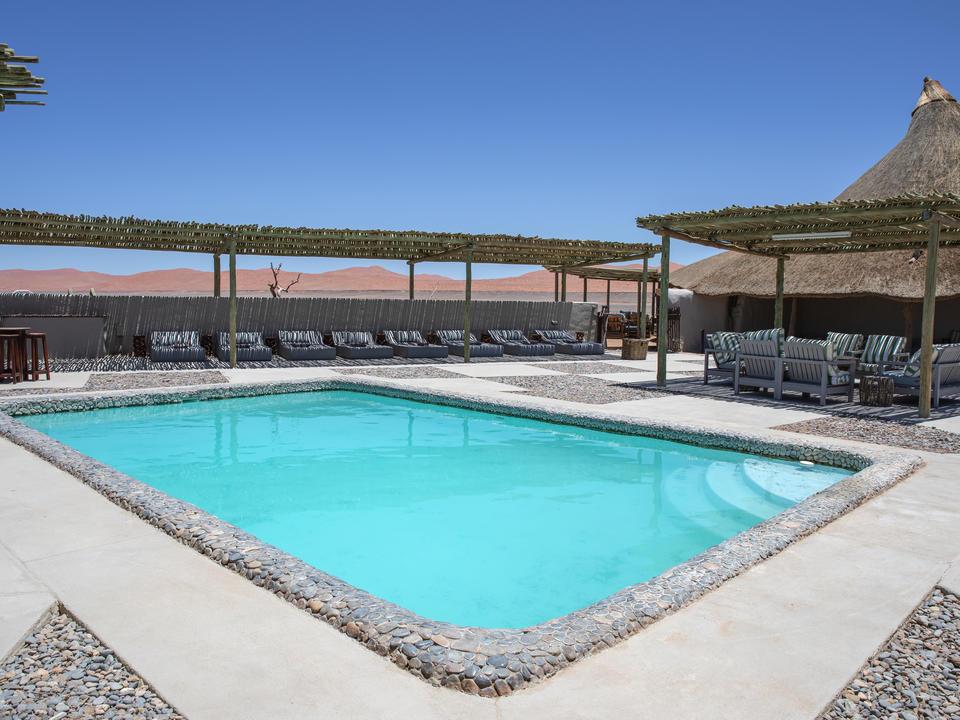 Der Poolbereich der Kulala Desert Lodge