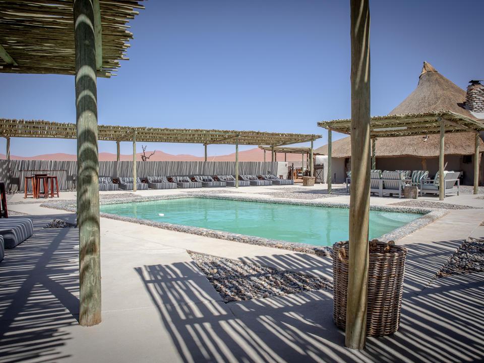 Der einladende Poolbereich der Kulala Desert Lodge