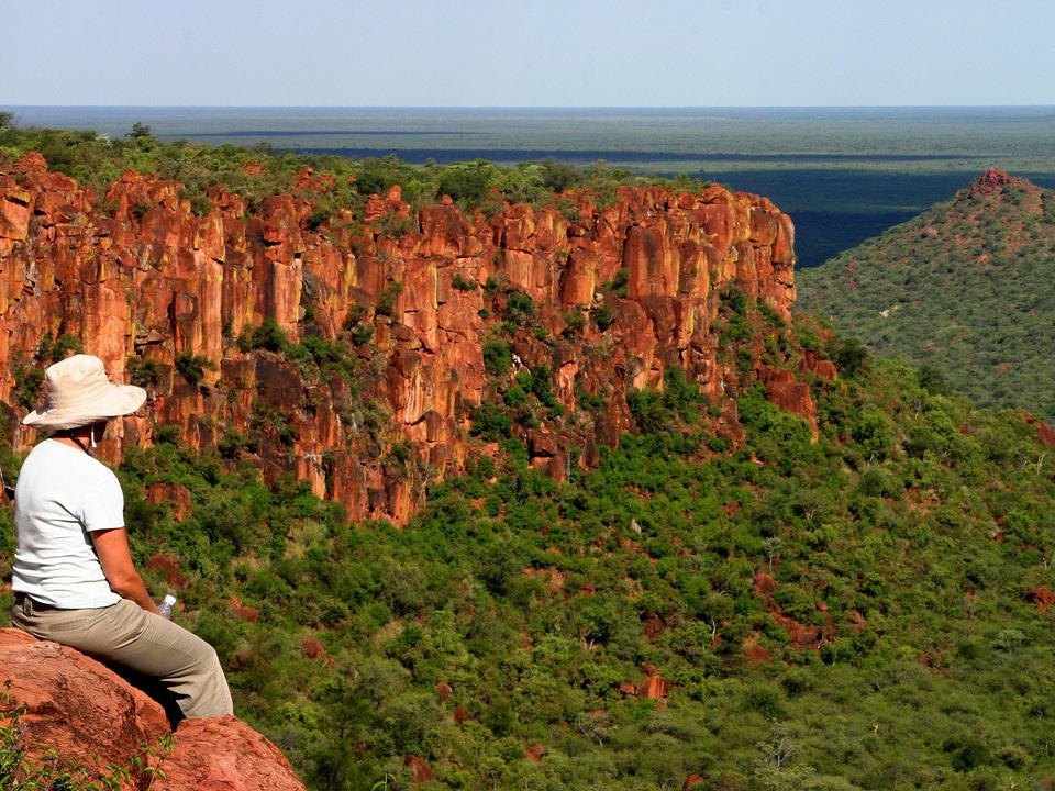 Ihr Wanderführer klettert mit Ihnen auf das Plateau (ca. 150 m über den Ebenen). Er erklärt Ihnen Pflanzen und Tiere im Park und gibt Ihnen einen Einblick in den Alltag und die Kultur der hier lebenden Herero-Menschen. Tolle Aussicht auf das Tal oder die Ebenen der Kalahari.