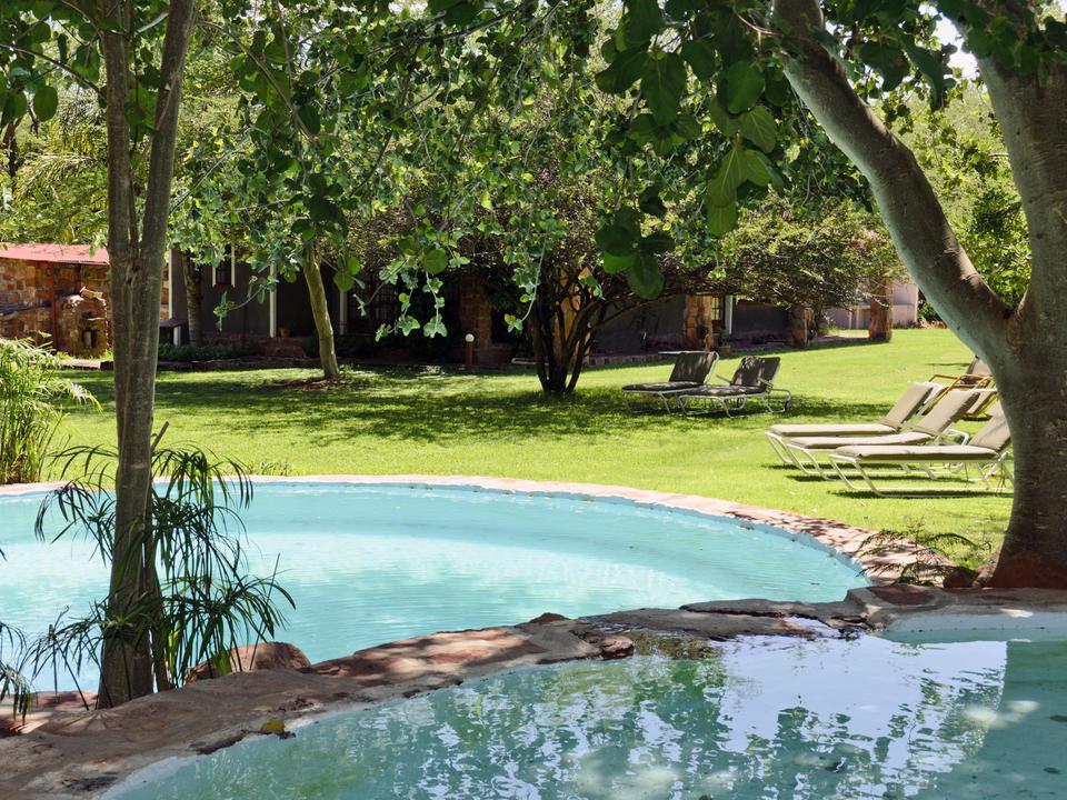 Erfrischen Sie sich an einem warmen Sommertag im Pool im Garten der Waterberg Wilderness Lodge. Kinder können sich im flachen Pool amüsieren.