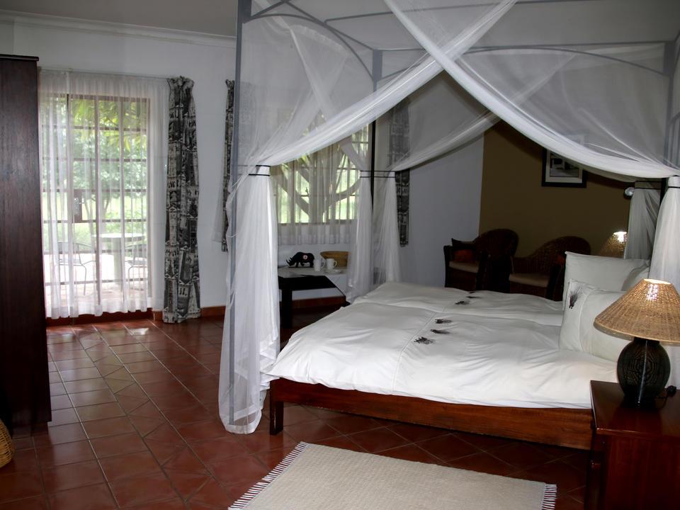 Die geräumigen Zimmer verfügen über eine Terrasse mit Blick auf den üppigen Garten.