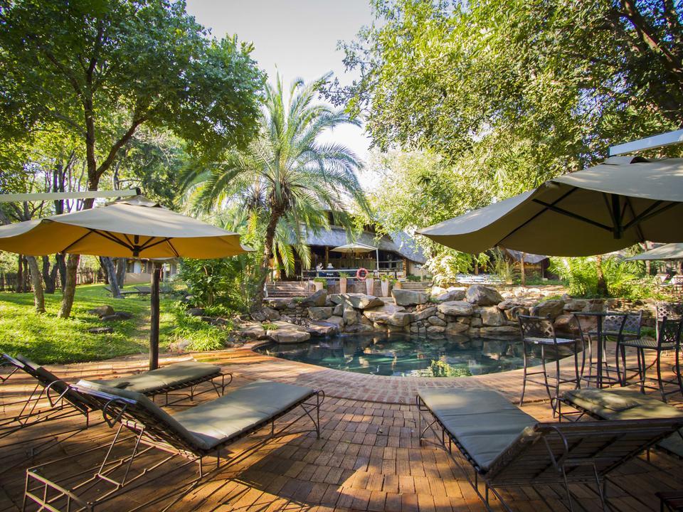Entspannen Sie sich am Pool auf den Liegestühlen, die wir kostenlos anbieten.