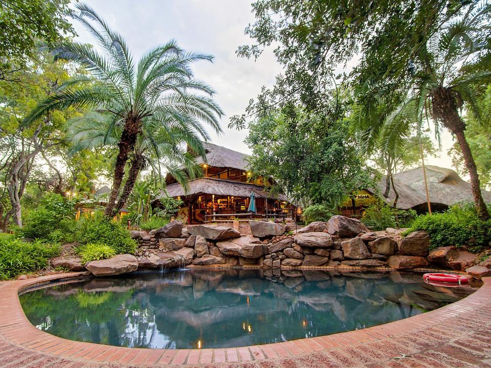 Genießen Sie einen faulen Nachmittag am Lokuthula Pool und genießen Sie ein Mittagessen im Boma