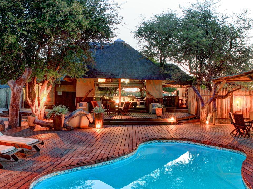 Ein entspanntes Ambiente, während die Kalahari-Sonne untergeht...