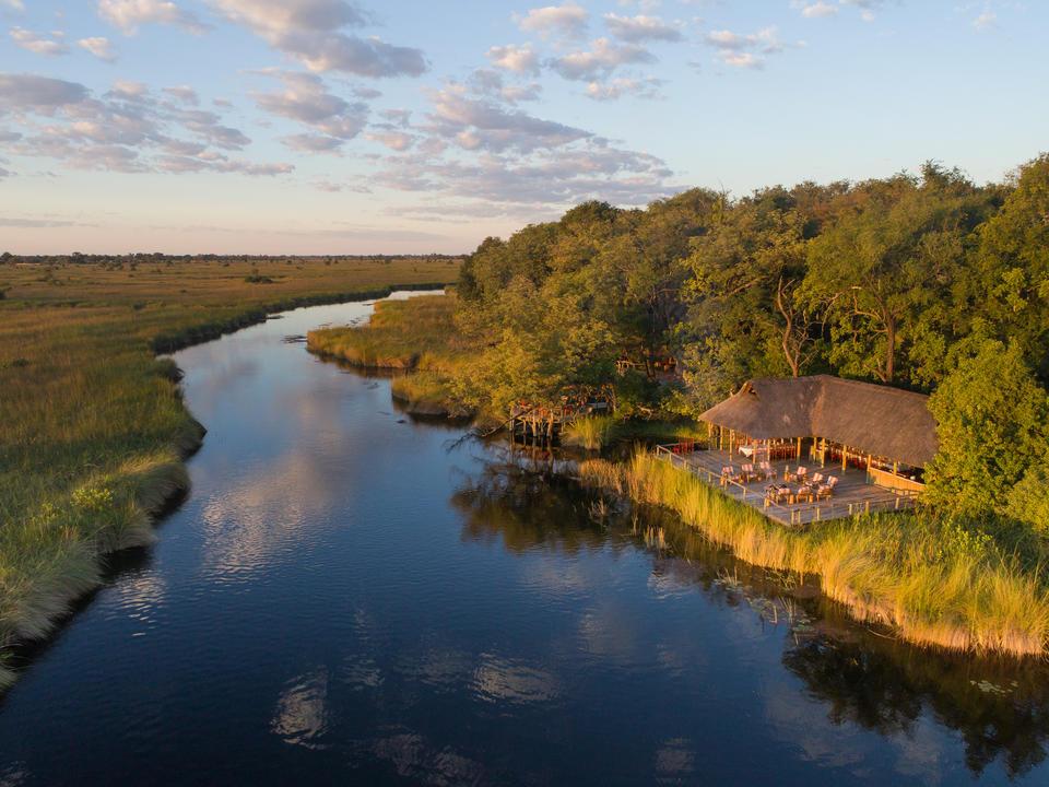 Ein Luftbild von Camp Xakanaxa mit Blick auf den Khwai Fluss im Moremi Game Reserve